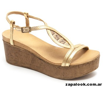 sandalia dorada con base Traza primavera verano 2015