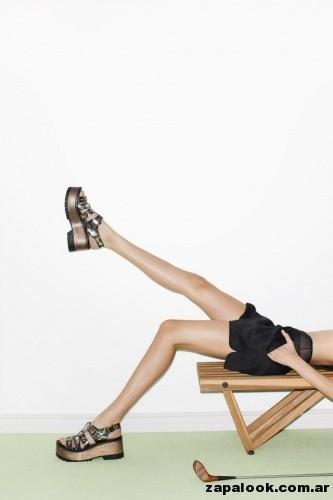 sandalias con bases negras y metalizadas Paruolo primavera verano 2015