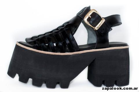 sandalias negras de charol base de goma Sofia de Grecia primavera verano 2015