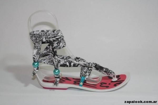 sandalias base de plastico y tiras de tela en blanco y negro Dominicanas verano 2015