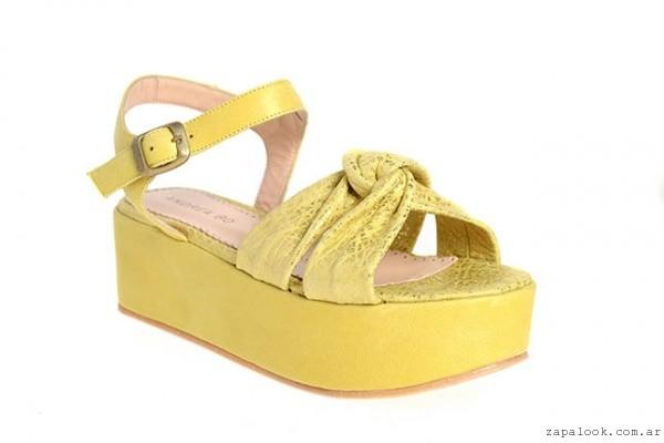 sandalia amarilla con plataforma Andrea Bo verano 2015