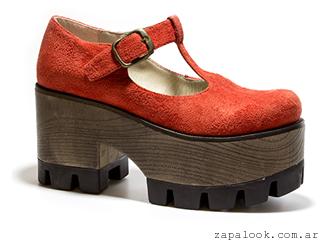 zapato rojo gamuzado con base de madera Lola Roca otoño invierno 2015