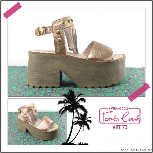sandalias con platarformas doradas con flecos verano 2016 - Tomas Cane