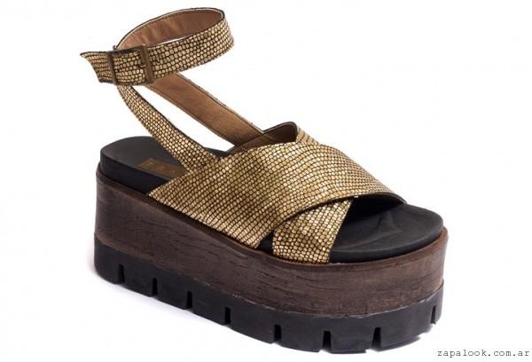 sandalias doradas con plataformas , Traza primavera verano 2016