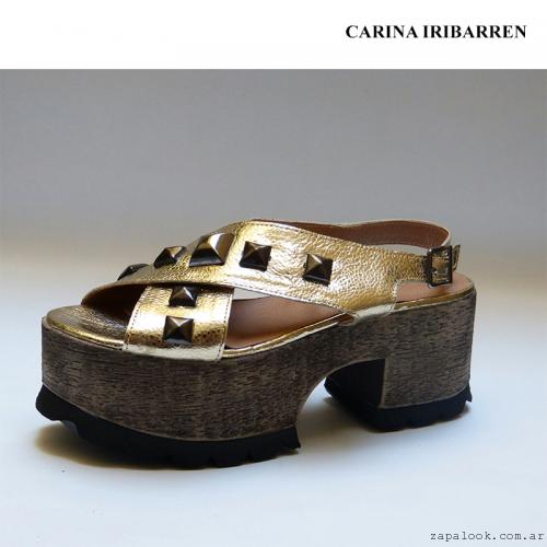Carina Iribarren - Sandalia dorada plataforma simil madera verano 2016