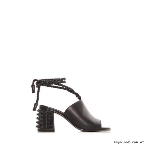 Sandalias negra con tiras trenzadas Ricky Sarkany primavera verano 2017