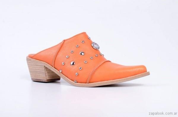 zuecos texanos naranja con apliques primavera verano 2017 renzo rainero