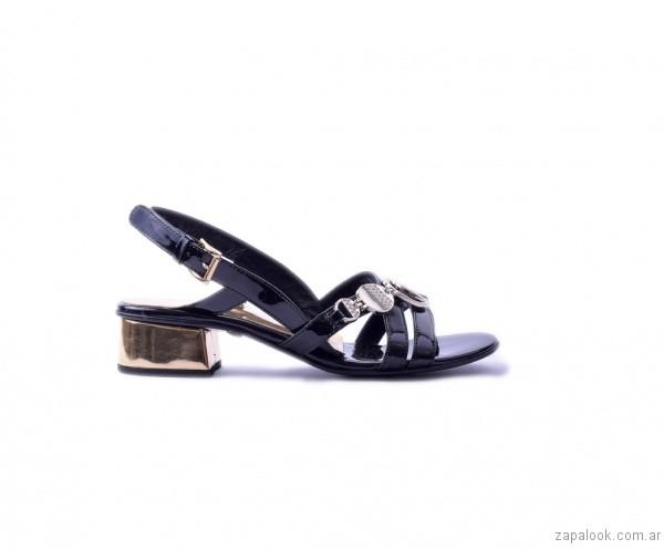 sandalia negra de charol verano 2017 tosone