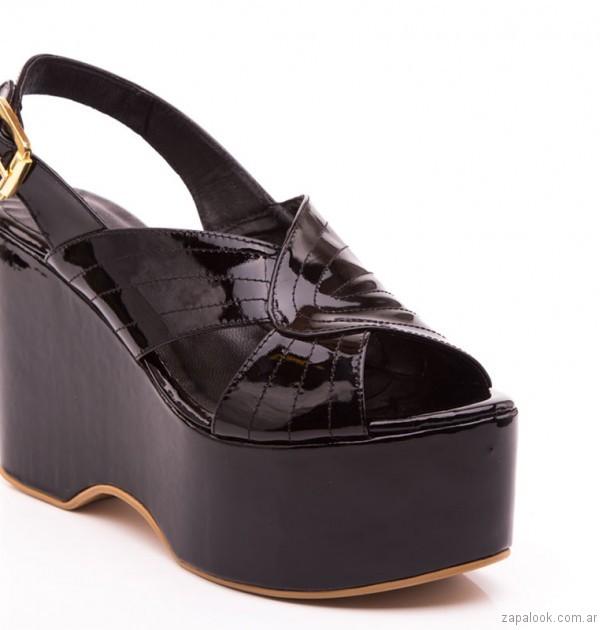 sandalias negras con plataformas de charol natacha verano 2017