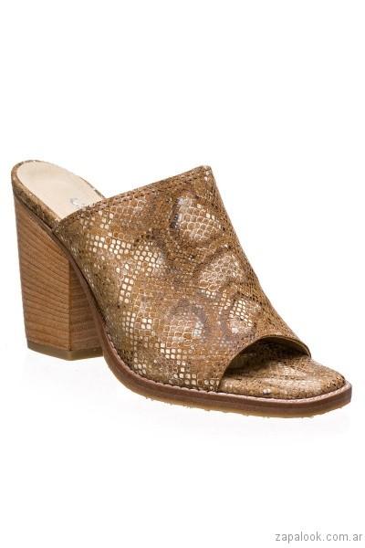 zuecos marrones y dorados primavera verano 2017 calzados clona