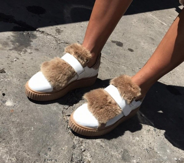 zapatos blanco con pelo sintetico Viento y Marea invierno 2017