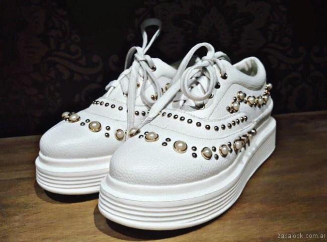 Lola Roca Zapatillas blancas con base con apliques de perlas verano 2018