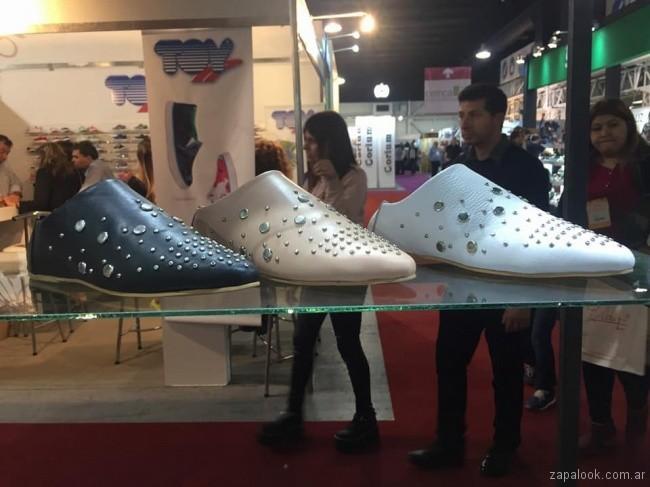 zapatos en punta con tachas Calzados Bettona primavera verano 2018