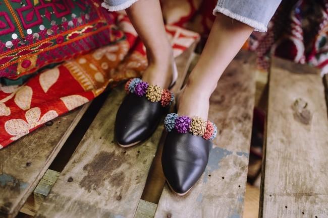 Zapatos bajo con punta sin talon - mules negros con pompones verano 2018 - Marignan