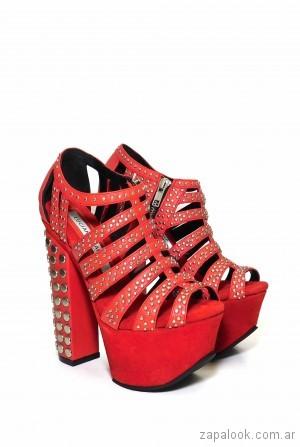 Sandalias rojas con tachas plataformas altas verano 2018 - Luciano Marra