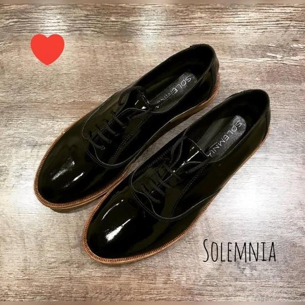 zapatos abotinados de charol invierno 2018 - Solemnia