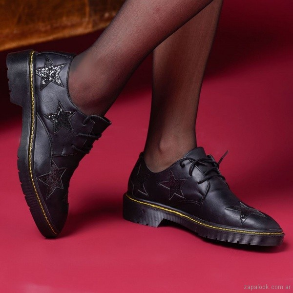 zapatos abotinados negros - look juvenil invierno 2018 - Nazaria