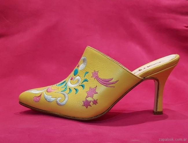 zapato amaarillo bordado verano 2019 Favio Benchimol