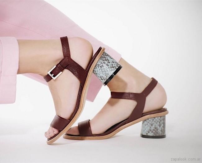 sandalia con taco forrado escamas plateadas phishoes primavera verano 2019