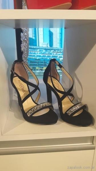 sandalias negras con apliques de piedrerias