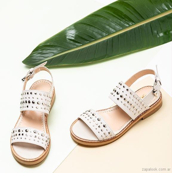 sandalias chatitas blanca con tachas verano 2019 - Sofi Martire