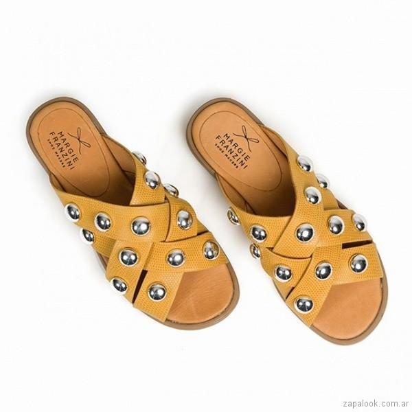 sandalias amarillas con medias esferas verano 2019 - Margie Franzini