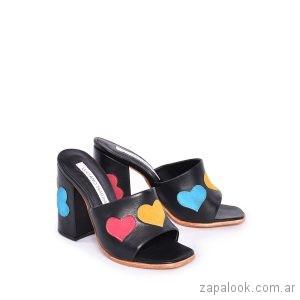 sandalias negras con corazones verano 2019 Luciano Marra