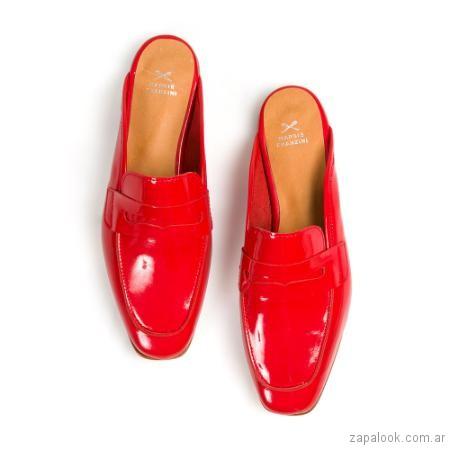 zuecos estilo mocasines rojos verano 2019 - Margie Franzini