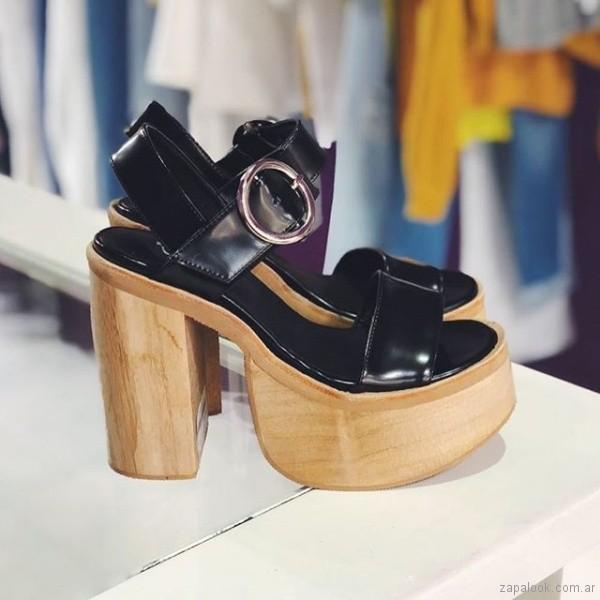 sandalias altas negras base madera verano 2019 - Sofia de Grecia