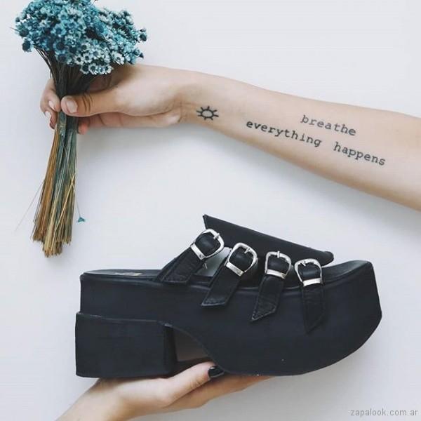 sandalias negras base goma verano 2019 - Sofia de Grecia