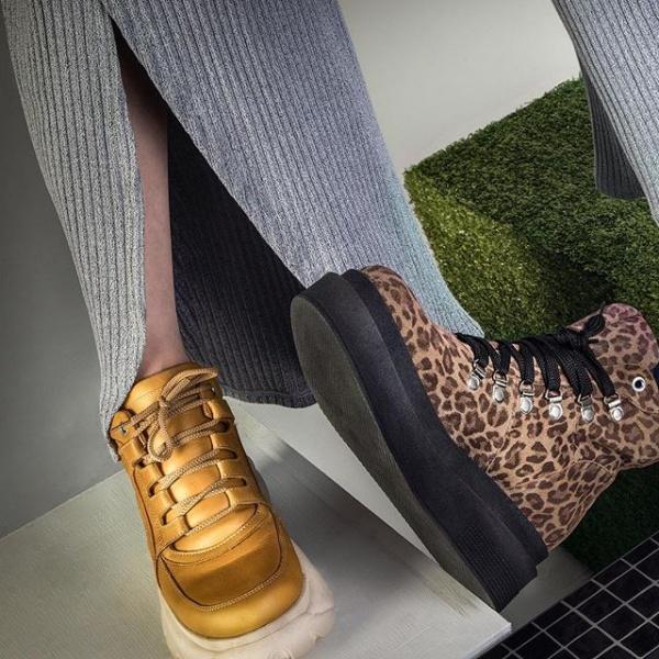 16c8be051f En el anticipo de Micadel vemos dos de las principales tendencias las  zapatillas estilo deportivas y botas leopardo.