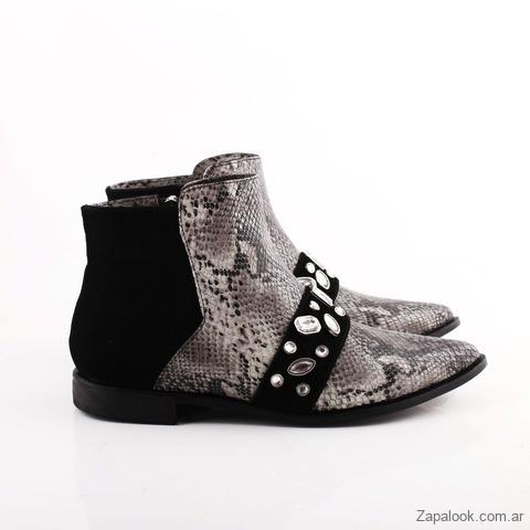 5c26a02024f Dentro de su linea de botas encontramos una variedad de diseños de botas de  caña corta