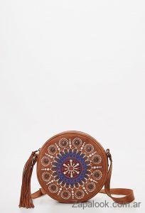 cartera redonda de cuero bordada invierno 2019 Clara Barcelo