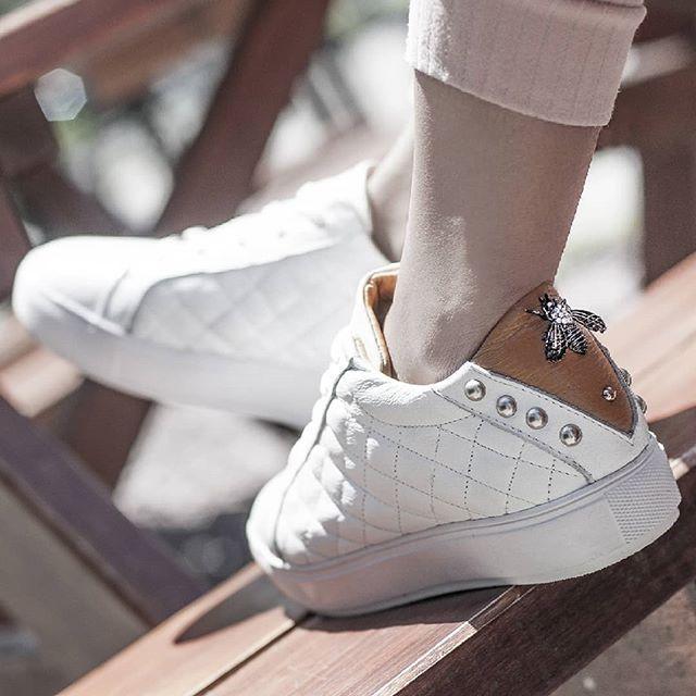 zapatillas blancas urbanas Laura Constanza invierno 2019
