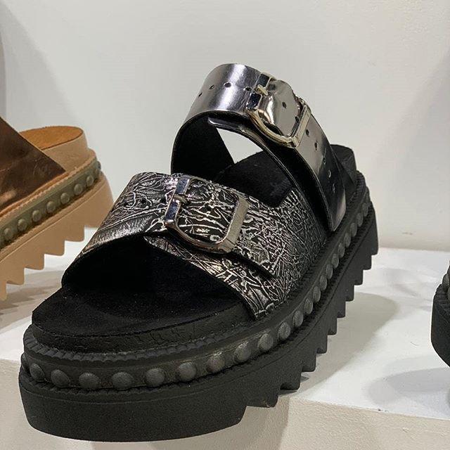 sandalias negras y metalizadas verano 2020 Pataugas