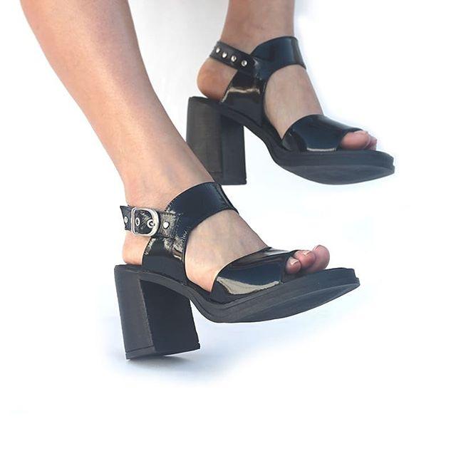 Sandalias negras de charol verano 2020 Lucia Febrero