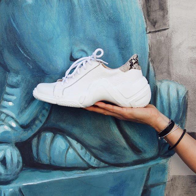 Zapatilla mujer blanca con reptil verano 2020 Corre Lola