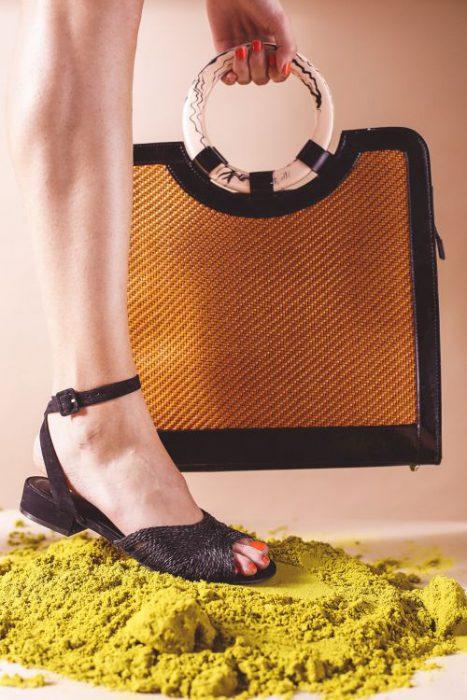 cartera y sandalia de rafia primavera verano 2020 Mishka