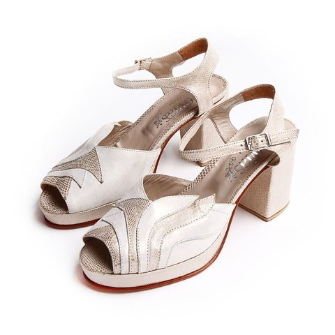 sandalias blancas y doradas novias 2020 LOMM