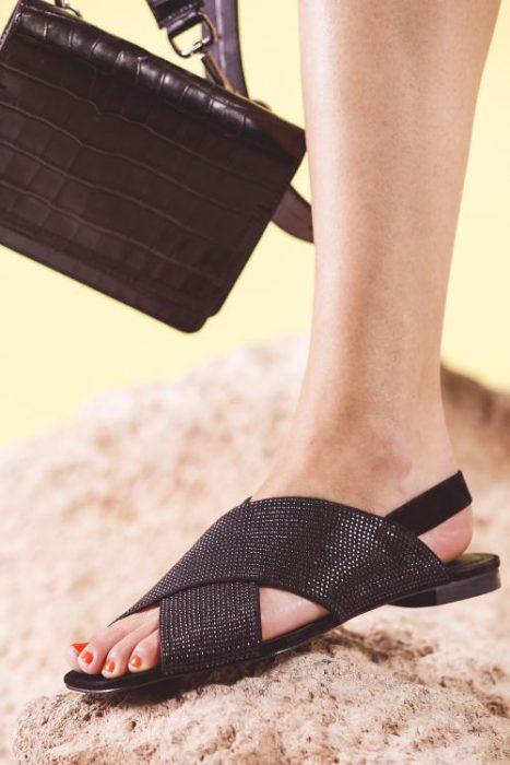 sandalias negras planas con brillo primavera verano 2020 Mishka