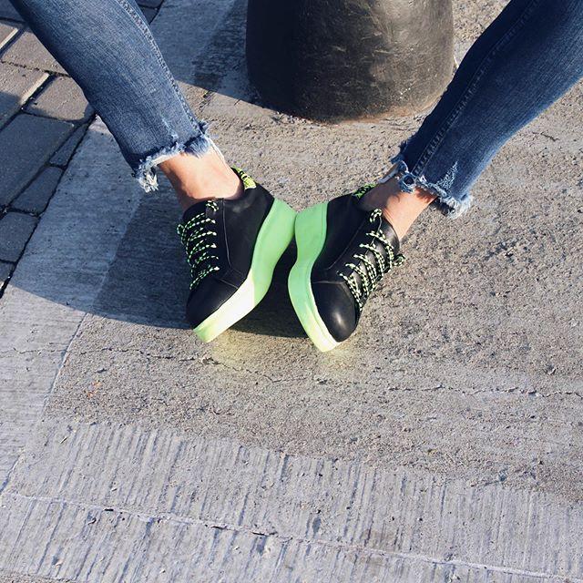 zapatillas mujer negras y fluor verano 2020 Corre Lola