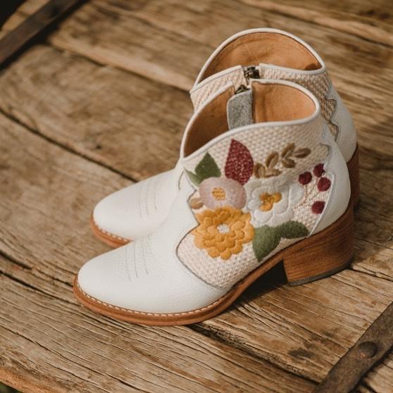botas blancas de cuerobordadas primavera verano 2020 Clara Barcelo