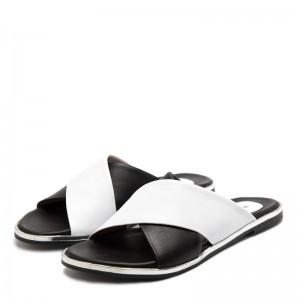 sandalia plana en blanco y negro verano 2020 Rallys