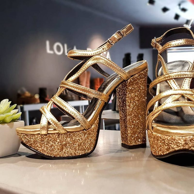 sandalias doradas Lola Roca verano 2020