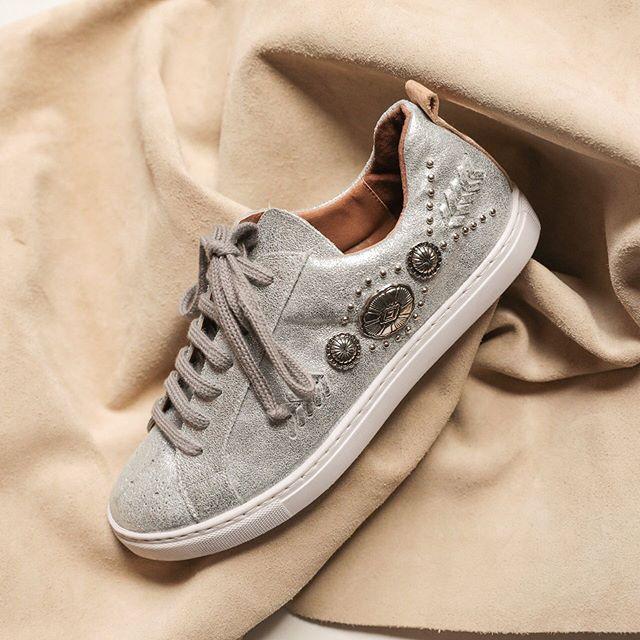 zapatillas grises primavera verano 2020 Clara Barcelo