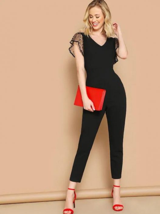 Look en negro con sandalias rojas