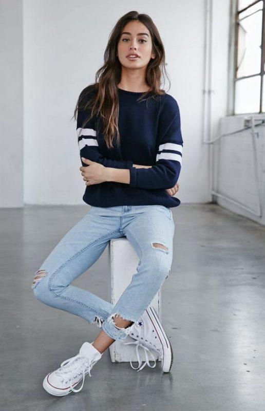 Look informal con jeans y zapatillas de lona