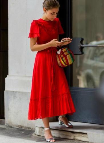 Vestido rojo sandalias plateadas
