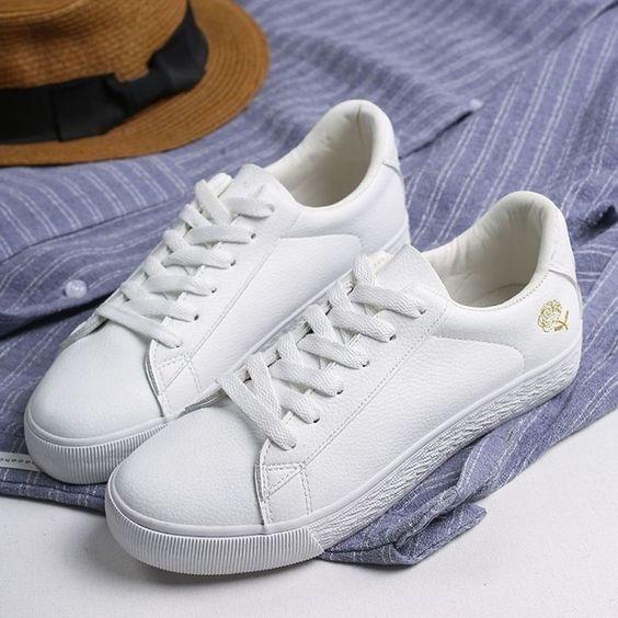 Zapatillas blancas minimalistas modernas