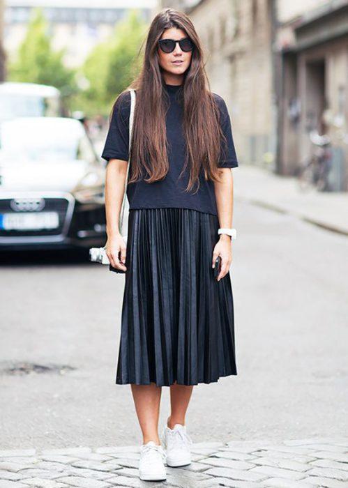 falda midi plisada con zapatillas blancas